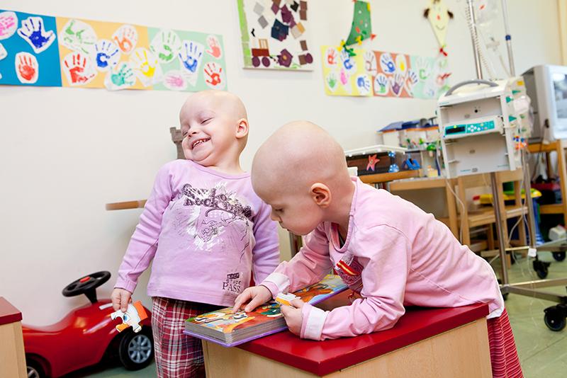 Patienten im Spielzimmer der Kinderkrebsstation Leipzig